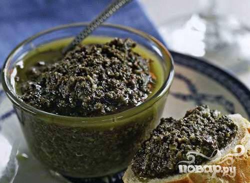 3. Когда все компоненты смолоты, нужно их тщательно перемешать, заправляя оливковым маслом. Правильно приготовленная масса мягкая и однородная.