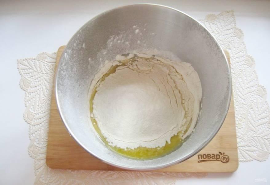 Добавьте ванильный сахар и просеянную муку.