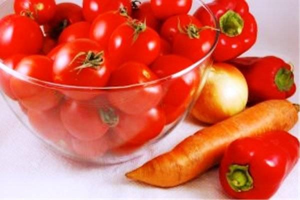 Порежьте лук и морковь, перец разрежьте пополам и удалите семена.