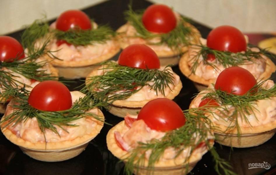 Закуска с рыбой, помидорами и сыром