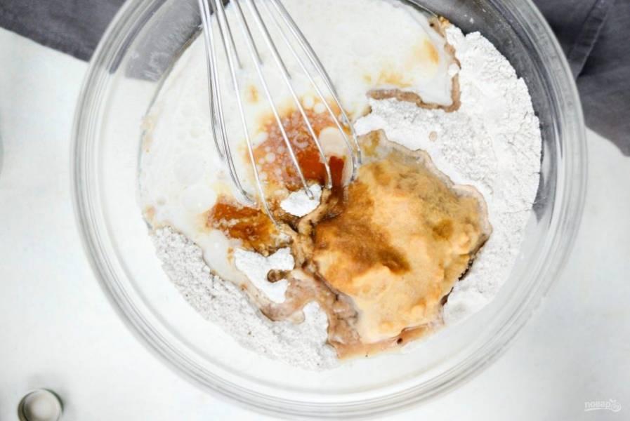 2. Далее добавьте тыквенное пюре, мягкое масло и тёплое молоко.
