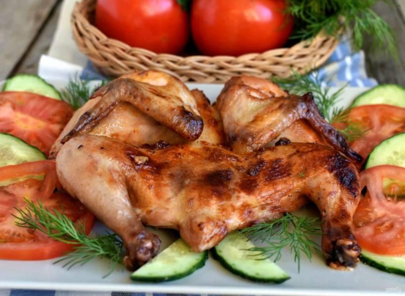 Запекайте в разогретой до 200 градусов духовке до подрумянивания. После чего снизьте нагрев до 170 градусов и запекайте до готовности. На все запекание должно уйти минут 40. Проверьте готовность цыплят, проколов тонким ножом бедрышко, сок должен быть прозрачным. Готовых цыплят подавайте горячими, гарнировав свежими овощами и зеленью.