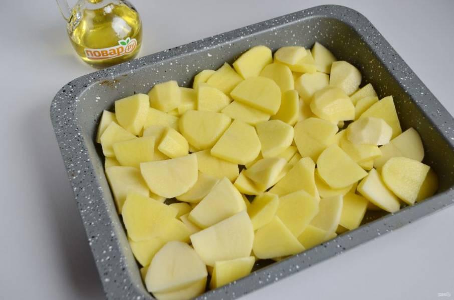 7. Собираем запеканку: дно формы смажьте маслом, положите картофель, посолите.