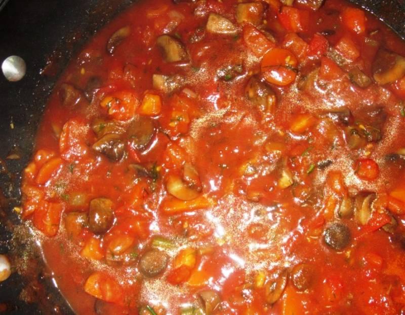В конце добавьте помидоры и специи по вкусу, томатную пасту, укроп, перемешайте и через 2 минуты снимите с огня. Дайте минут 15 постоять на выключенной плите, не открывая крышку.