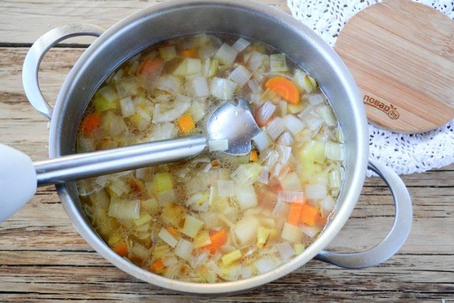 Варите суп до мягкости всех ингредиентов. Затем с помощью погружного блендера пюрируйте суп до однородного состояния. После этого снова поставьте кастрюлю на огонь, добавьте сливки и проварите еще в течение 5 минут.