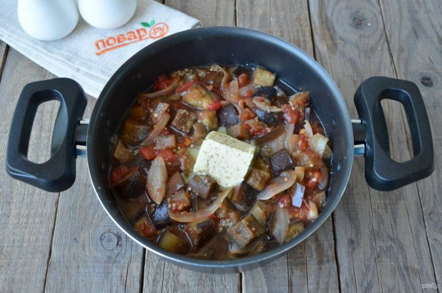 Тушеные овощи добавьте в кастрюлю к картофелю, посолите, поперчите, положите кусочек масла и щепотку мускатного ореха. Варите 10 минут.