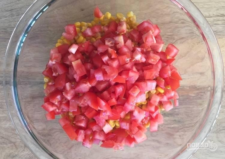 3.Вымойте томаты, нарежьте их небольшими кубиками и добавьте к остальным ингредиентам.