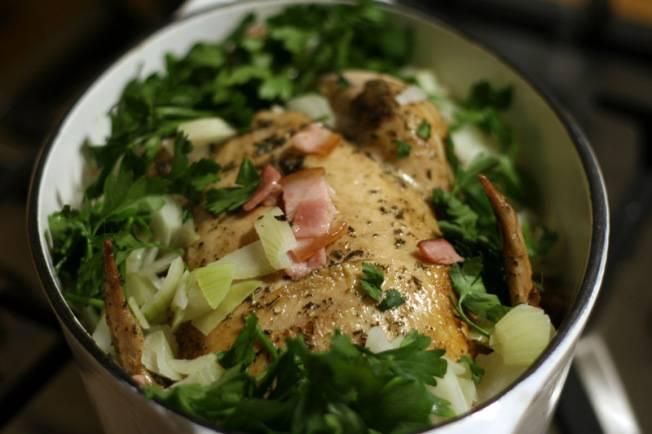 9. Снова ставим форму на средний огонь, томим до образования пара и сока, затем отправляем в духовку. Запекаем ароматную курицу до тех пор, пока мясо не слезет с косточки, примерно 45 минут. Приятного аппетита!