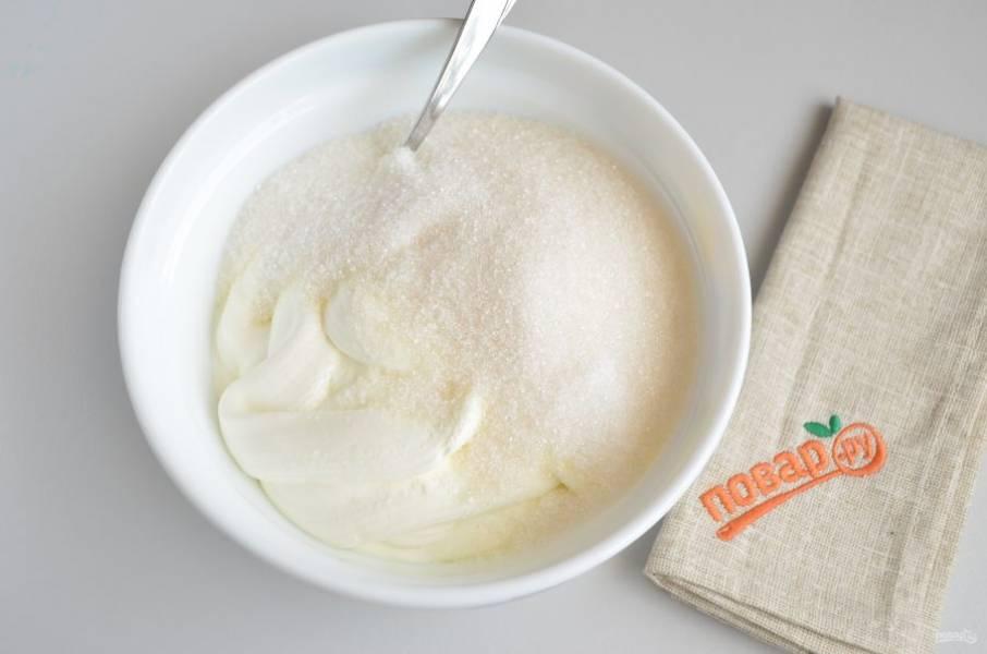 Теперь необходимо приготовить крем. Сметану смешиваем со стаканом сахара.