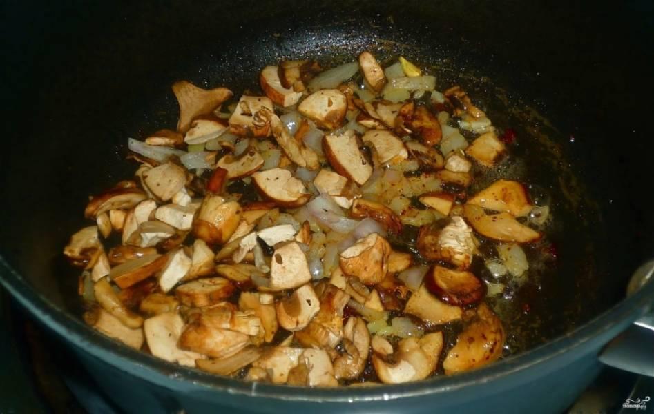 1. Грибы замочим, чтобы размокли, затем сольем жидкость и на растительном масле их начнем жарить. Ждем. пока сок выделится и испарится, после чего добавим мясо кусочками, лук и томатную пасту. Жарим на большо огне, пока мясо не покроется корочкой.