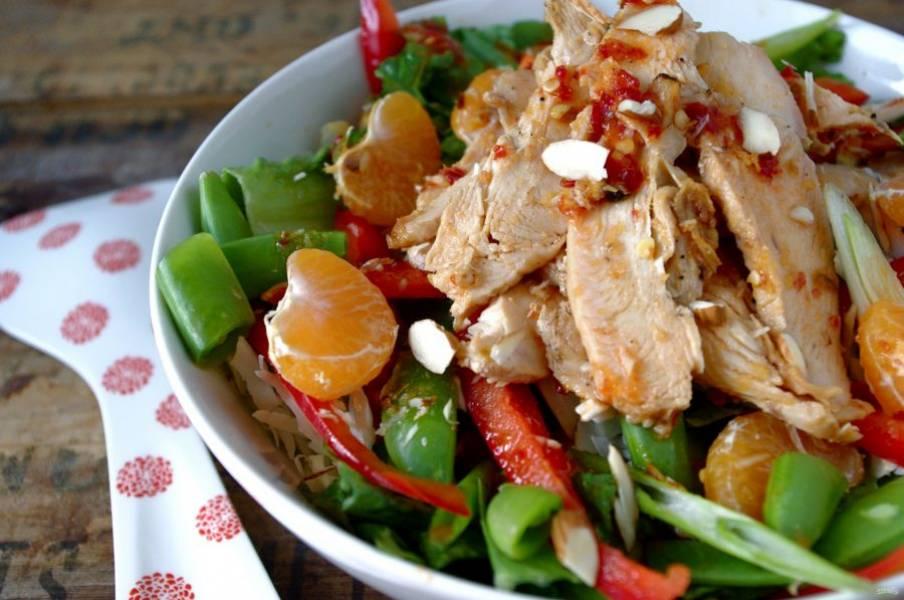Заправляем все оливковым маслом, а сверху на салат выкладываем курицу и присыпаем миндальными орехами. Все готово. Пробуйте!