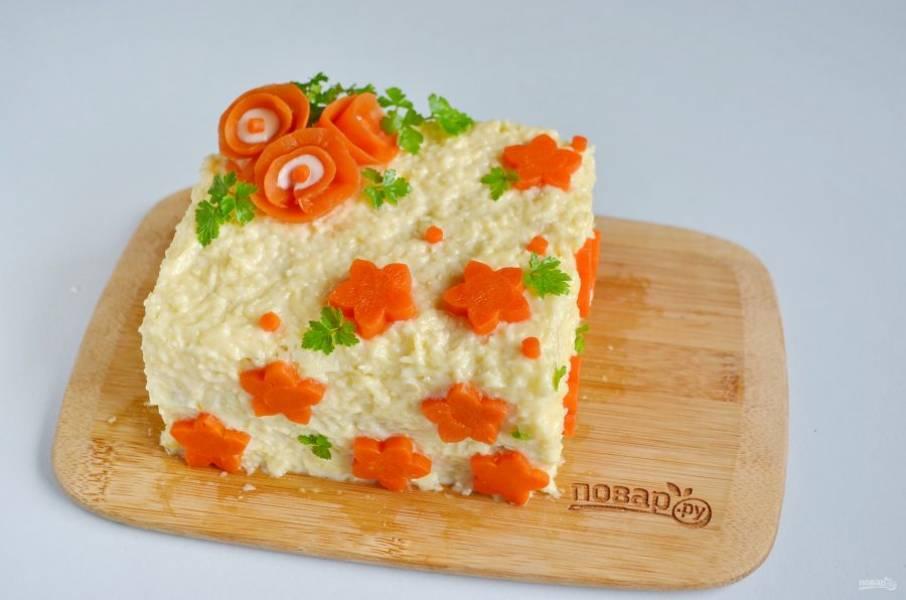 Украсьте торт вареной морковью и зеленью. Отправьте в холодильник на часик.