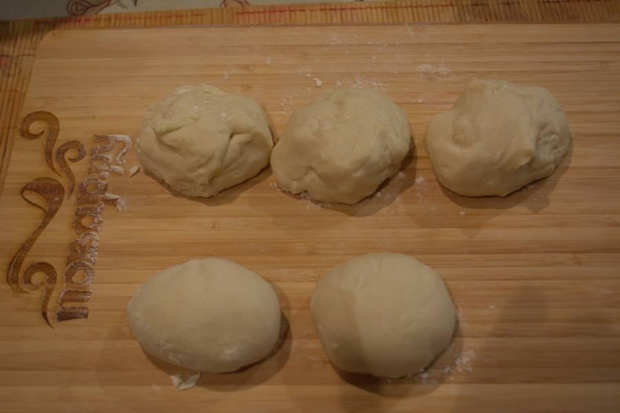 Разделите тесто на небольшие комочки. Каждый комочек теста - это порция теста для 1 пирожка.