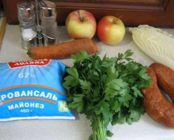 Подготовьте все необходимые для салата ингредиенты. Морковь отварите до готовности, затем охладите и очистите.
