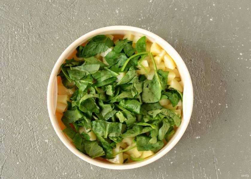 За 2-3 минута до окончания, добавьте к картошке мелко порезанный шпинат.