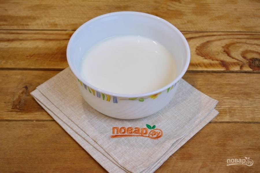 В миску влейте молоко. Добавьте воду и размешайте. Подогрейте жидкость до 30-40 градусов (1 минута в микроволновке при полной мощности).