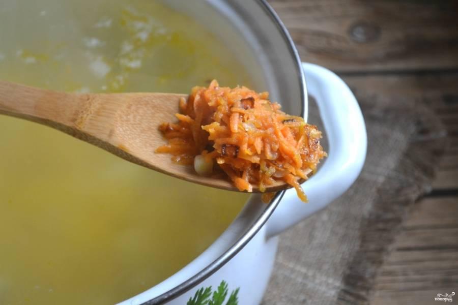 Через несколько минут отправьте в суп пассированные корнеплоды.