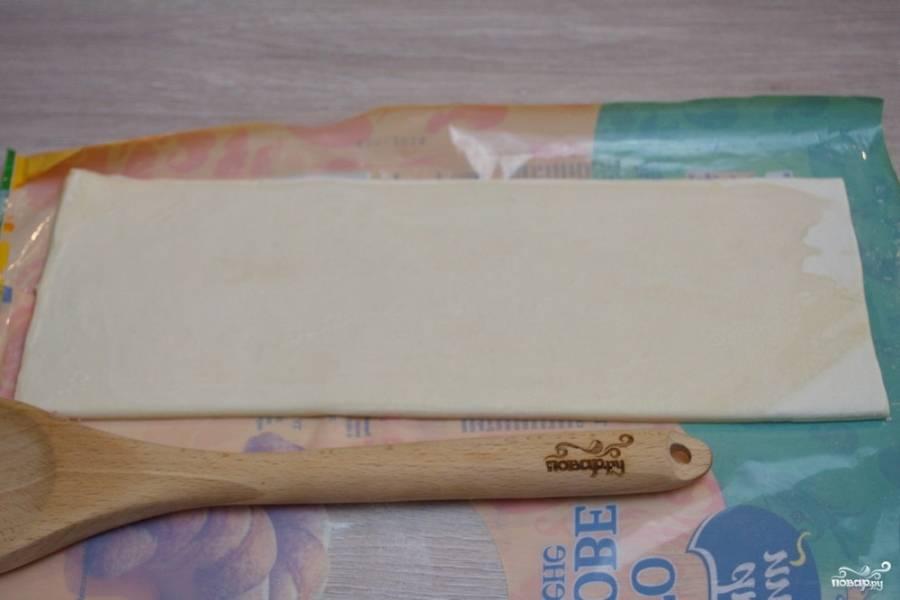 Для приготовления конвертиков из бездрожжевого слоеного теста нужно взять само тесто. Разморозьте тесто (отдельно каждый листик). После разморозки, тесто раскатайте в пласт.