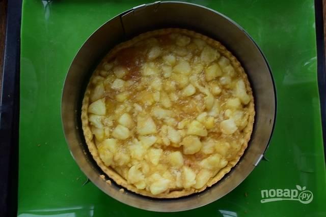 Выложите яблочный слой поверх творожного.