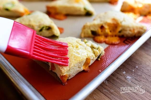 7. Смажьте тесто яйцом с помощью кондитерской кисточки. Выпекайте песочные сконы при температуре 200 градусов 15-20 минут.