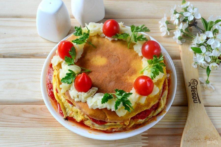 Сверху украсьте его картофельным пюре, помидорами черри и петрушкой. Кушайте с удовольствием!