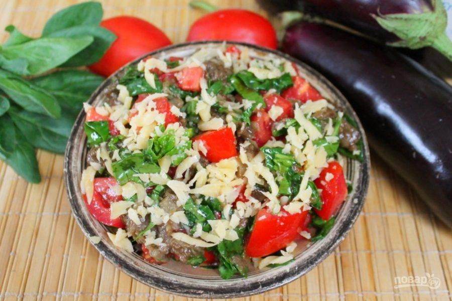 Готовый салат посыпаем сыром и подаем к столу. Ешьте на здоровье!