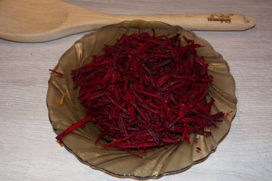 3. Свеклу очистищаем и натираем на терке для корейской морковки.