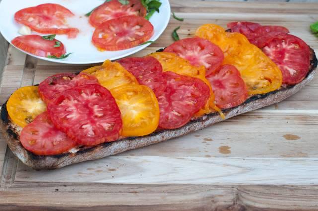 Красиво выложите помидоры на хлеб.