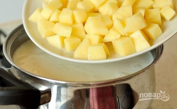 4. Выложите лук, морковь и картофель. Добавьте соль и специи. На среднем огне варите минут 15.