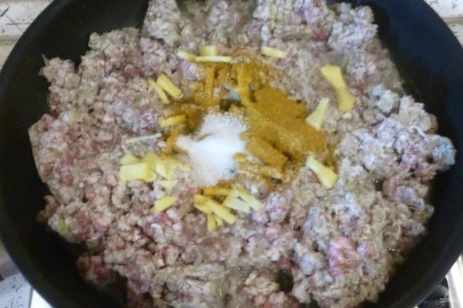 Для начинки лук, чеснок и имбирь мелко нарежьте и обжарьте в большой сковороде на небольшом количестве оливкового масла. Добавьте карри, фарш, сахар, соль по вкусу. Готовьте, разбивая комочки лопаткой. Жарьте до готовности.
