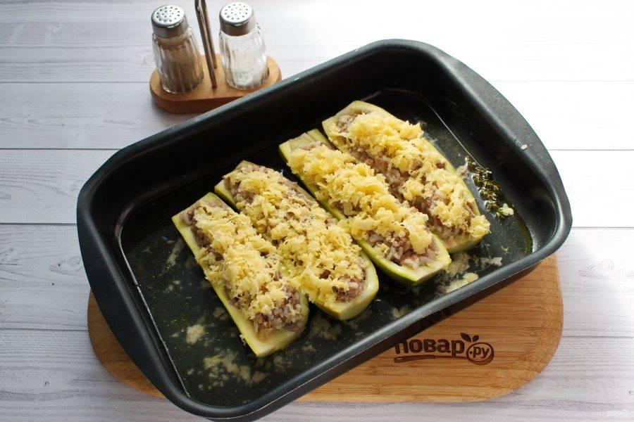 Снимите фольгу, посыпьте начинку тертым сыром. Запекайте еще 10-15 минут при температуре 200°С.
