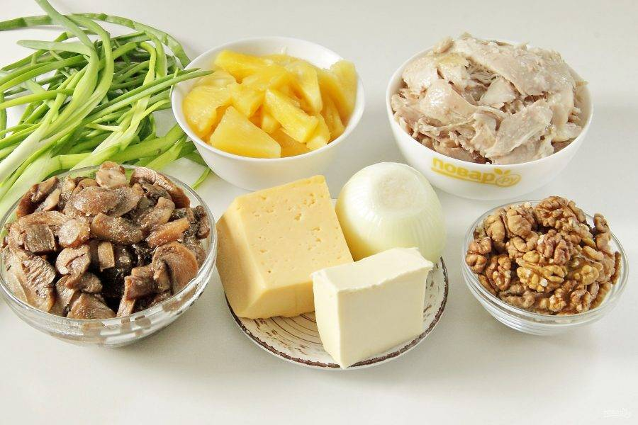 Подготовьте все ингредиенты. Окорочка заранее отварите в подсоленной воде, остудите и отделите мясо от костей.