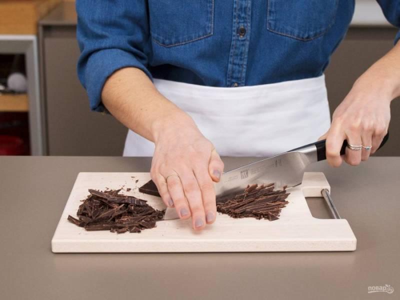 1. Шоколад мелко нарубите. Расплавьте его на водяной бане. Потом сразу добавьте мёд и сливки. Тщательно перемешайте смесь.