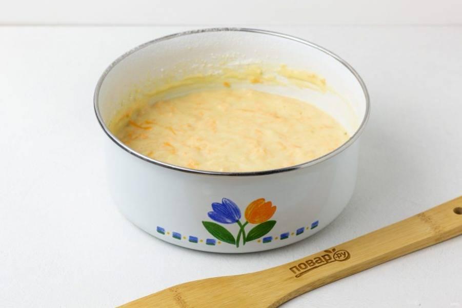 """В последнюю очередь введите просеянную муку и размешайте тесто до однородности. Долго вымешивать не нужно. Чашу мультиварки смажьте сливочным маслом и выложите в неё тесто. Выпекайте 40-45 минут на режиме """"Выпечка"""" до сухой шпажки."""