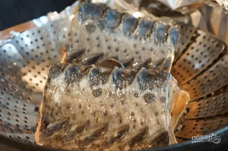 6. Сверху ставим решетку и на нее выкладываем нашу рыбу и закрываем крышкой. Коптим ее один час.