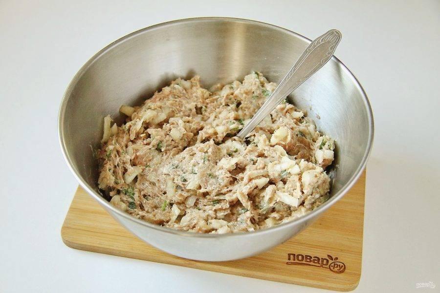 Тщательно перемешайте. Так как тесто готовится без соли, начинка должна быть слегка пересолена.