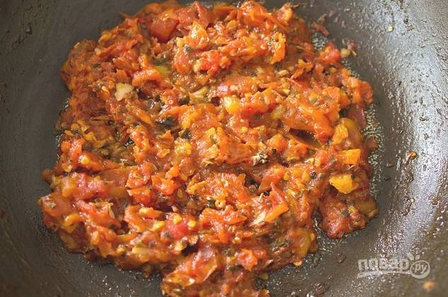 Чеснок измельчите и обжарьте на масле минутку, затем добавьте помидоры, соль, травы, перец. Дождитесь, пока жидкость выпарится.