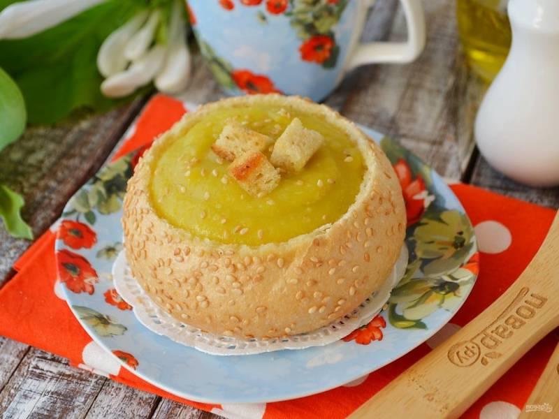 С булочек срежьте крышечки, удалите всю мякоть, подсушите булочки в духовке и наполните супом. Сверху можно украсить суп сухариками или семенами кунжута, зеленым луком или сливками. Угощайтесь!