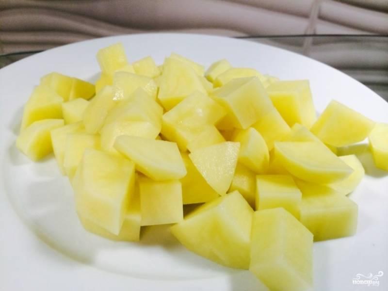 4.Картошку чистим и моем, измельчаем ее небольшим кубиком, заливаем водой, чтобы не почернела, и отставляем в сторону.