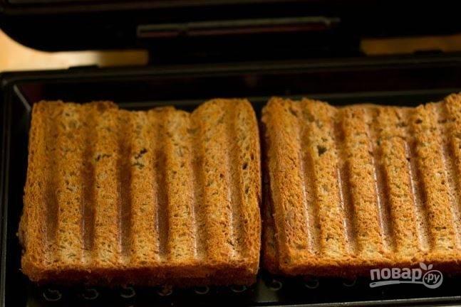 Поместите хлеб в тостерницу и запекайте до золотистой  хрустящей корочки. Приятного аппетита!