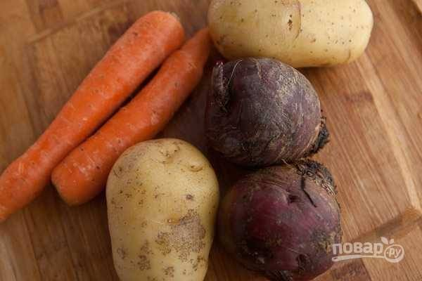 1. Овощи вымойте, выложите в кастрюлю, залейте водой и поставьте на огонь. Доведите до кипения и варите до готовности.