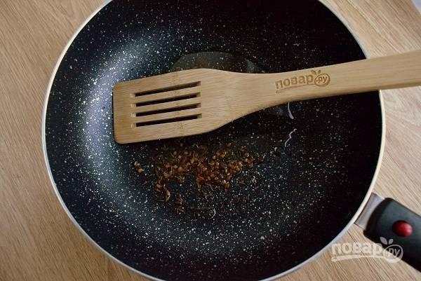 В разогретом масле обжарьте семена фенхеля, зиры, измельченного пажитника в течение 1-2 минут.