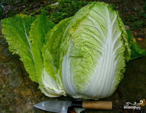 1.Отрезать от большой головки пекинской капусты нижнюю треть, нарезать небольшими равномерными отрезками и сложить в глубокую сковородку.