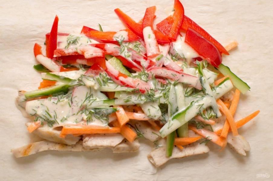 6. Разверните лаваш, выложите в него сразу измельченное куриное филе (обжаренное до готовности), а уже после добавьте соус и овощи.