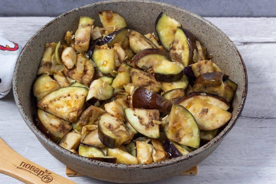 Далее добавляем подготовленный баклажан и если есть - кабачок. Вливаем соевый соус. Обжариваем 7-10 минут, помешивая.