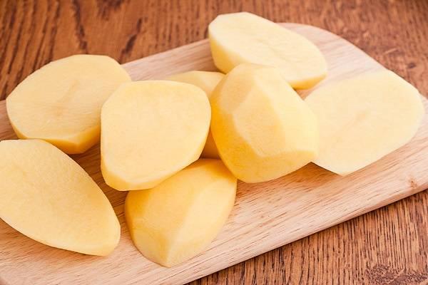 1. Картофель среднего размера нужно вымыть, очистить и разрезать пополам. Выложите в глубокую мисочку, добавьте щепотку соли. Как следует перемешайте, чтобы равномерно распределить соль или другие специи. При желании можно добавить чайную ложку сметаны, чтобы картофель, запеченный в духовке в фольге с салом в домашних условиях, был еще аппетитней.