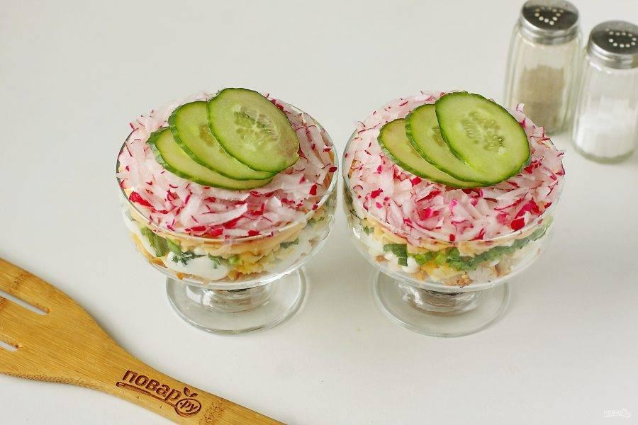 """Украсьте салат нарезанным кружочками свежим огурцом. Салат """"Любимая дочка"""" готов."""