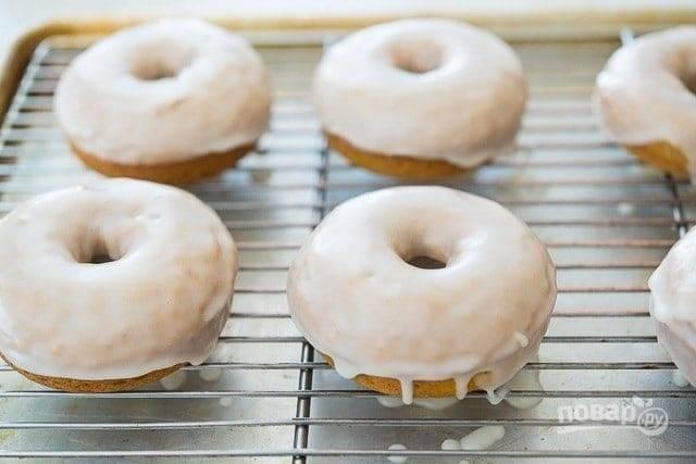 9. Немного остывшие изделия опустите в глазурь. Дайте пончикам полностью остыть, а потом наслаждайтесь!