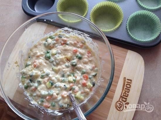 8. Тщательно размешаем, чтобы овощи хорошо соединились с тестом. Если в овощах оказалось много жидкости, можно добавить немного муки. Тесто должно получиться довольно густым.