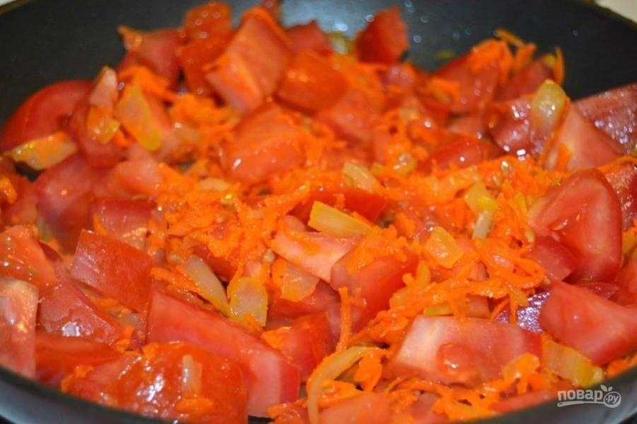 7.Добавьте в сковороду помидоры и готовьте 10 минут, затем накройте крышкой и готовьте еще 7 минут.